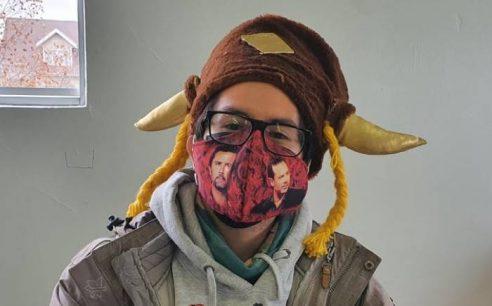 Vocal de mesa homenajeó a Felipe Camiroaga con mascarilla con su cara