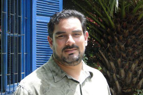 """Tomás Pérez-Acle: """"Debemos empezar a pensar en una tercera dosis para personas mayores"""""""