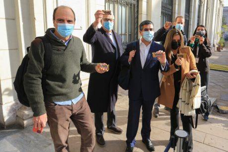 Constituyentes de Chile Vamos llegaron a la sesión de este jueves comiendo 'Negrita'