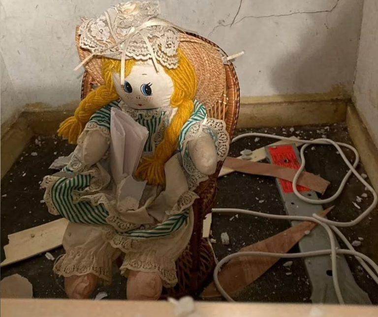 Hombre encuentra a muñeca atrapada en las paredes de su casa con un mensaje en donde 'confiesa' asesinatos