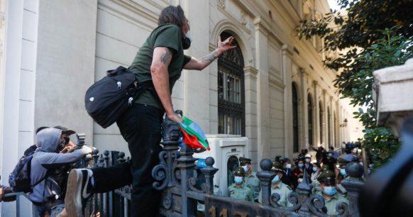 Aniversario 18 de octubre: Manifestantes intentaron ingresar a la Convención Constitucional