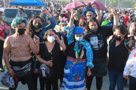 18 de octubre: Machi Francisca Linconao, Daniel Jadue y Carmen Hertz llegan a manifestaciones en Plaza Baquedano