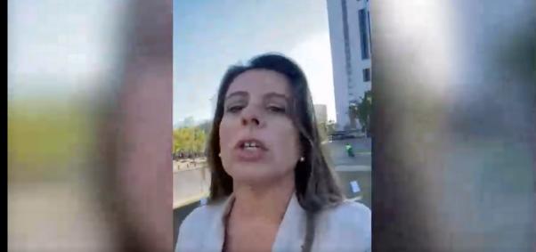 Teresa Marinovic es increpada mientras realizaba un 'Live' de instagram en Plaza Baquedano
