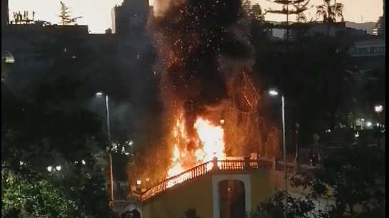 Registran incendio en escaleras del Cerro Santa Lucía