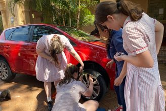 Cambiar ruedas de autos y revisar el aceite: lo que aprenden las niñas en Australia