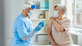 Buen pronóstico para vacuna contra el Covid-19: Generaría inmunidad en adultos mayores