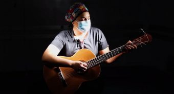 """""""Juntos resistiremos"""": Doctora y cantora popular crea emotiva canción para el personal de salud"""
