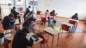 """Colegio Médico apoya la visión de los profesores: """"No se debería volver a clases presenciales aún"""""""