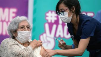 ¿Ayudará a disminuir los contagios por Covid-19? Así funciona la nueva vacuna aprobada por el ISP
