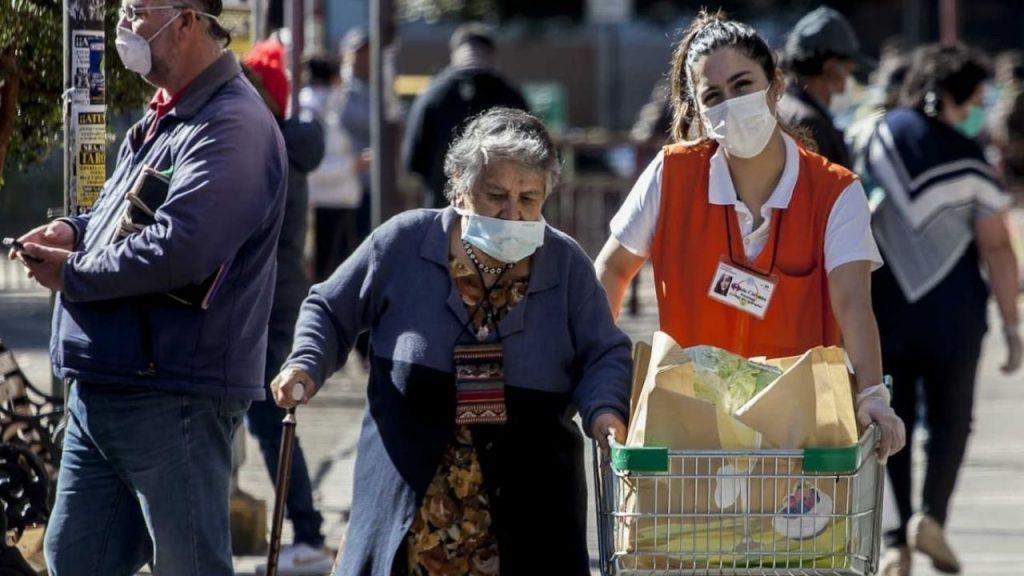 ¿Una buena medida? Mayores de 80 años tendrán las mañanas para comprar bienes esenciales sin permiso