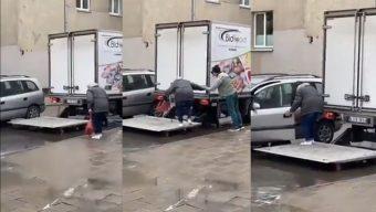 ¡Hermoso gesto!: trabajadores ayudan a una abuelita a subir a su auto