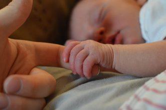 No excluirá a ningún tipo de trabajadora: Se aprueba en primera instancia la extensión del postnatal de emergencia