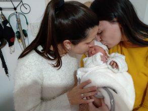 Una ley que reconoce a las familias diversas: Francia aprueba reproducción asistida para lesbianas y mujeres sin pareja