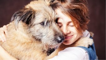 Estudio asegura que abrazar perros es bueno para la salud