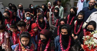 Una luz de esperanza: Jóvenes futbolistas afganas logran salir de su país y encuentran refugio en Pakistán